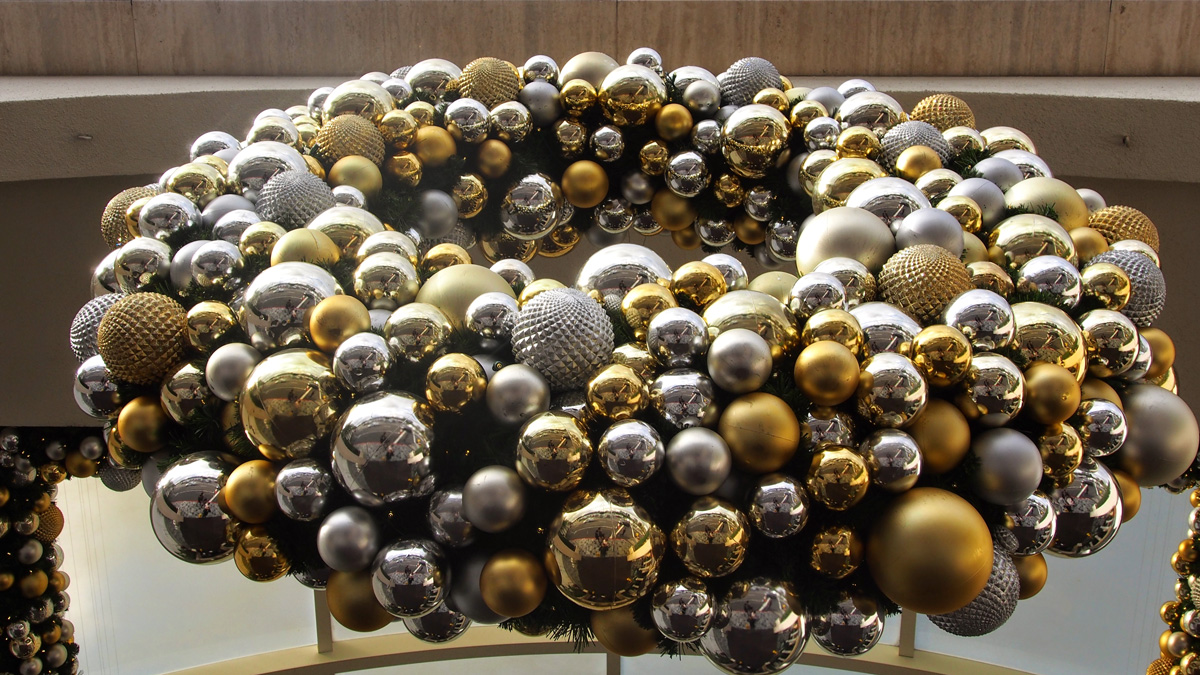 christmas-spheres-wreath-southcoast